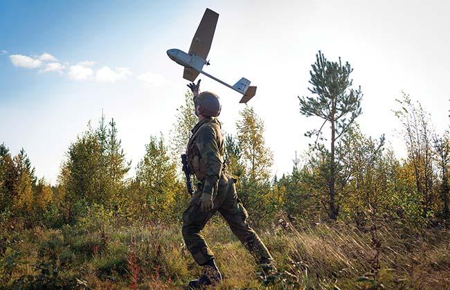 MUAS-operatør med Raven UAV fra Kavalerieskadronen 1 sin Patruljetropp i Panserbataljonen. Raven ble innført på grunn av et behov som dukket opp i Afghanistan. / MUAS-operator from Armoured Battalion/Cavalry Squadron 1/Patrol Troop